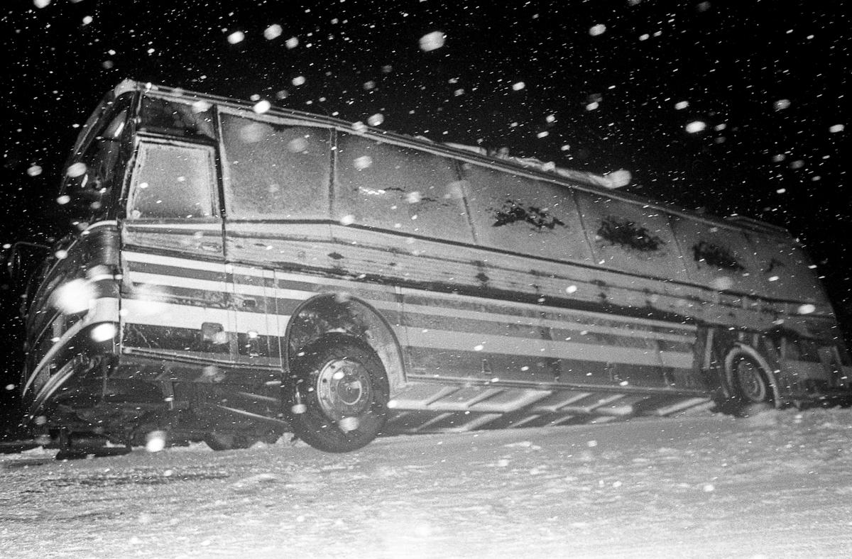 Svensk buss med glatte sommerdekk i kraftig snøvær. Fotograf: ØB Ukjent Ca. 1992