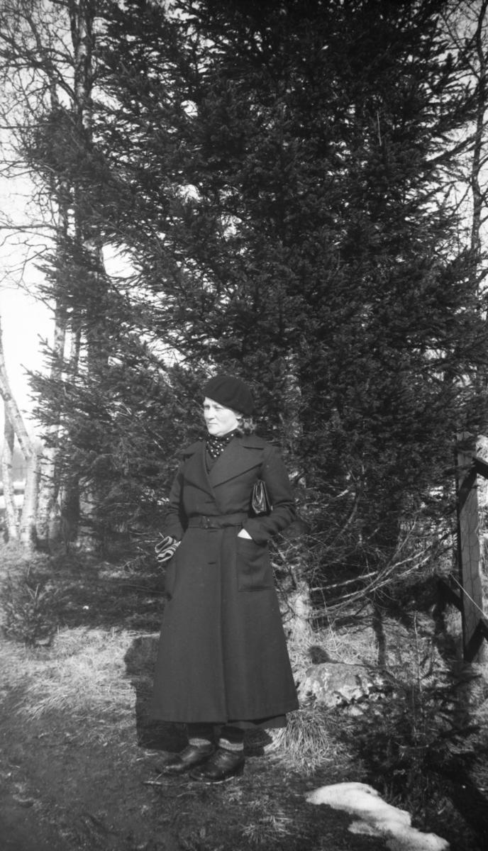 Elida Hay fra Årbostad. Trær i bakgrunnen.