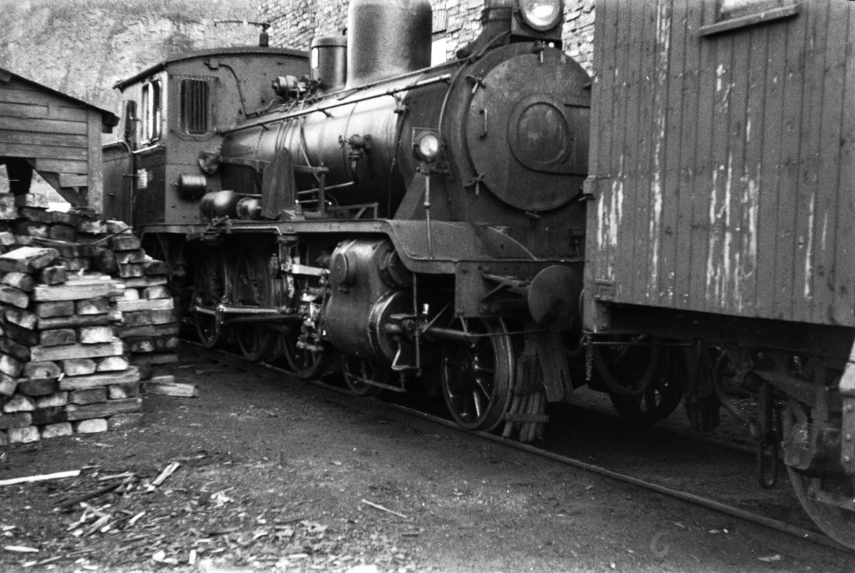 Damplokomotiv type 18c nr. 246 ved lokomotivstallen på Grong stasjon.