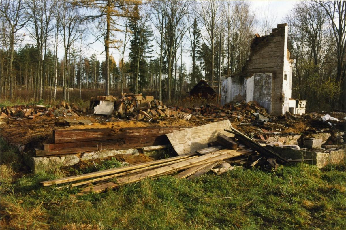 Kolbäck sn, Hässelby. Manbyggnaden plockades ned hösten 1998, för att återuppföras i Uppland.