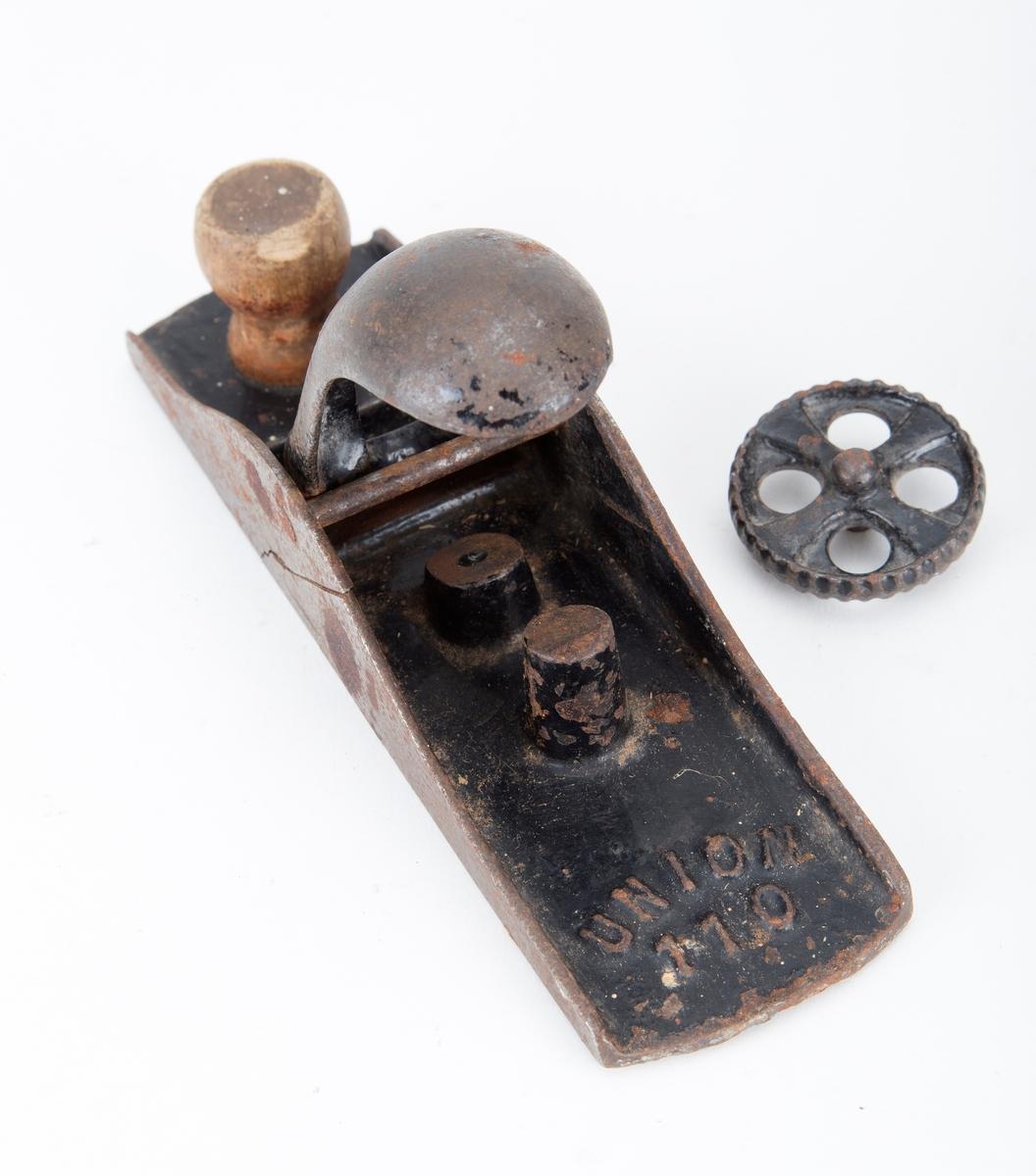 Pusshøvel, snekkerverktøy, høvelen er av stål med en liten treknott som håndtak påskrudd Tilstand: høvelen er defekt og høveltann mangler
