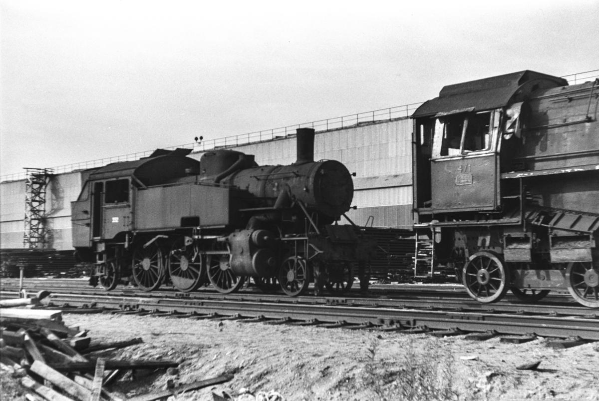 Utrangert damplokomotiv type 32b nr. 332 og 49c nr. 471 (til høyre) venter på opphugging ved Norsk Jernverk i Mo i Rana.