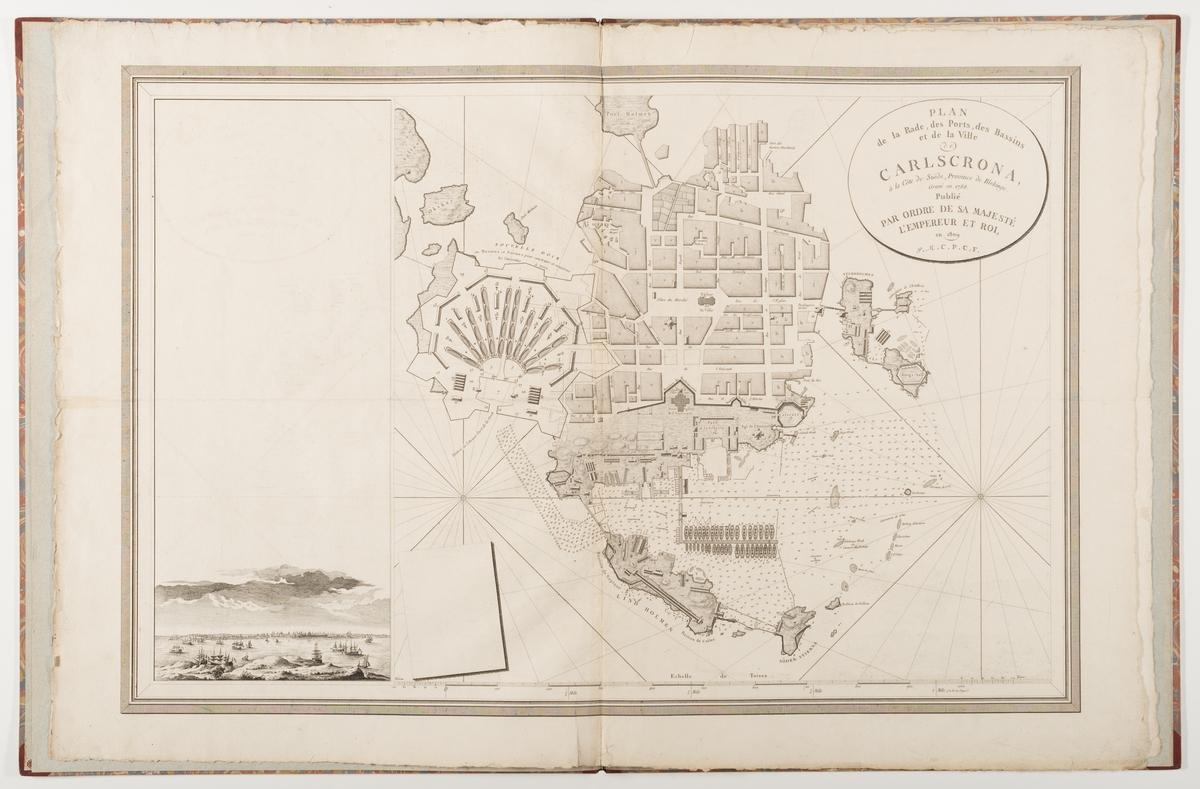 """Verket består av två inbundna stadskartor från örlogsstaden Karlskrona. De var ursprungligen del av Fleurieus atlas """"Neptune du Cattegatt et de la Mer Baltique"""" som innehåller 65 kartor. Första kartan visar gatunätet på Trossö samt örlogsvarvet på Lindholmen och Stumholmen. På vänster sidan finns en stadsvy som visar staden söderifrån med repslagarbanan på Lindholmen i centrum. Den andra kartan är ett förstorat utsnitt som visa området av örlogsvarvet."""