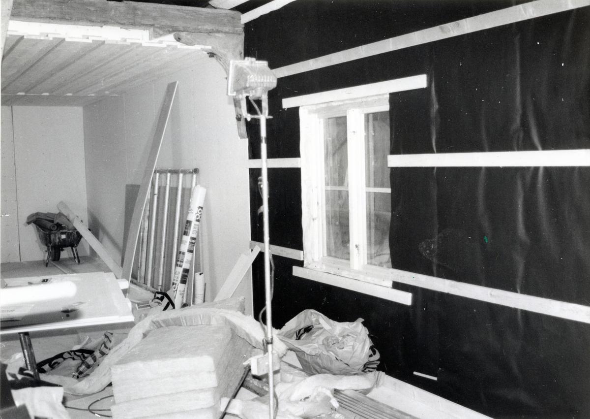 Kolbäck sn, Strömsholm, Borgåsund. Upprustning av hamnmagasinet, interiör. Bygglampa, isolering och annat byggmaterial. Isolering av den inre stommen.