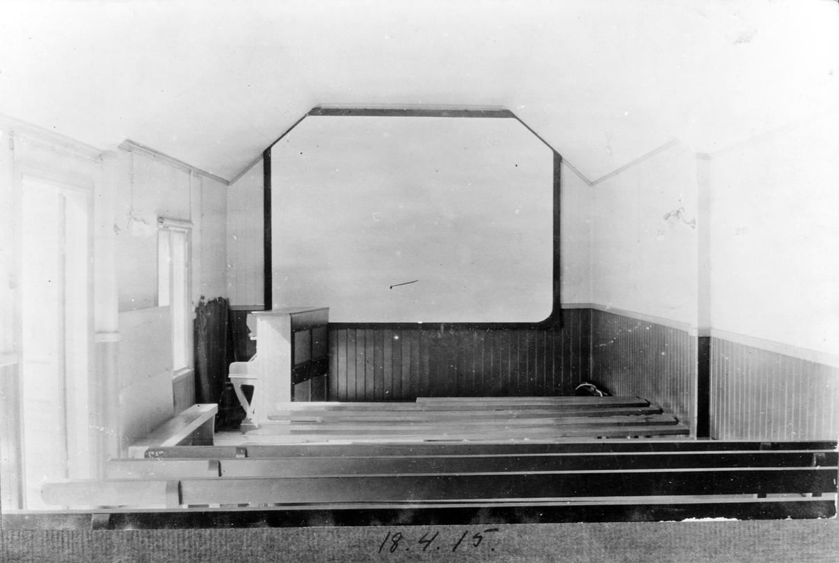 En biografsalong med pianot längst fram till vänster om filmduken. Interiör från Alingsås första biograf, belägen i kvarteret Storken vid Nygatan.