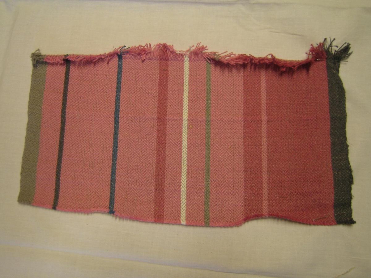 Vävprov på löåare i rosa blå grå och vita ränder med cottolin i varpen och halvblekt lin i inslag. Väv i kypert med varpeffekt. löparen finns beskriven i en bok av Lisa Melén.