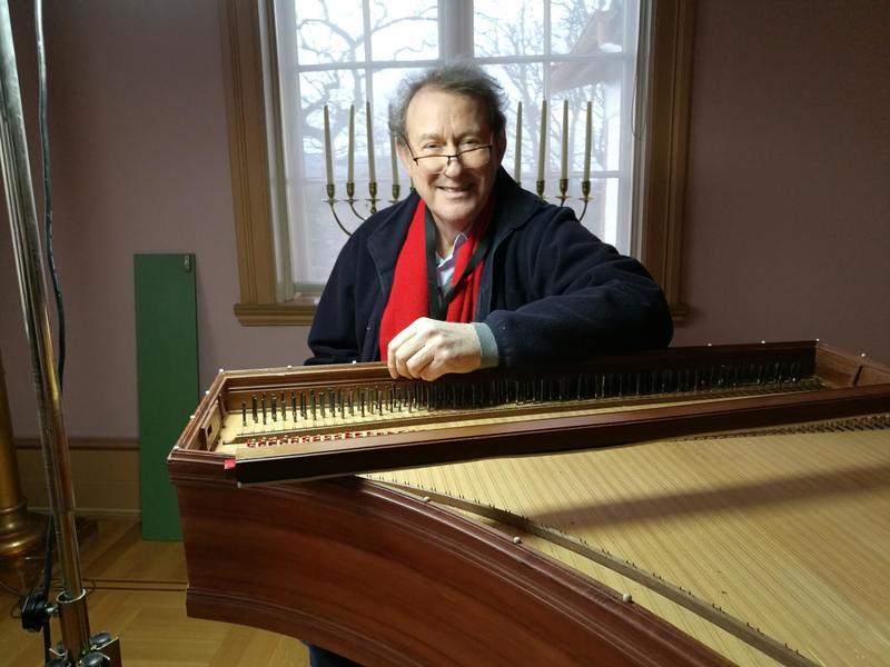 Ingen kjenner instrumentet bedre enn instrumentmakeren selv. Ketil Haugsand er fortsatt fornøyd med det 40 år gamle cembaloen i italiensk stil. Foto: Ringve Musikkmuseum