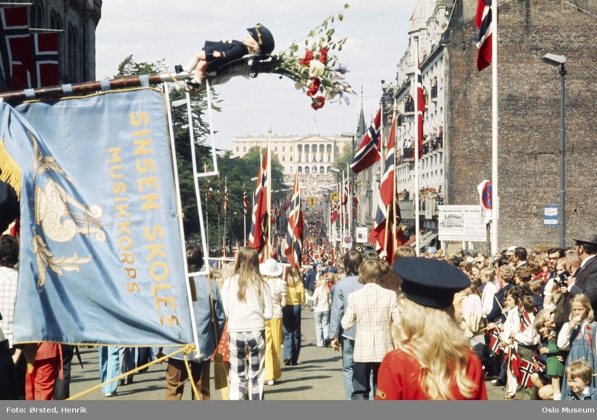 17. mai-feiring, barnetog, fane, Sinsen skoles musikkorps, barn, flagg, tilskuere, Grand Hotel, Slottet