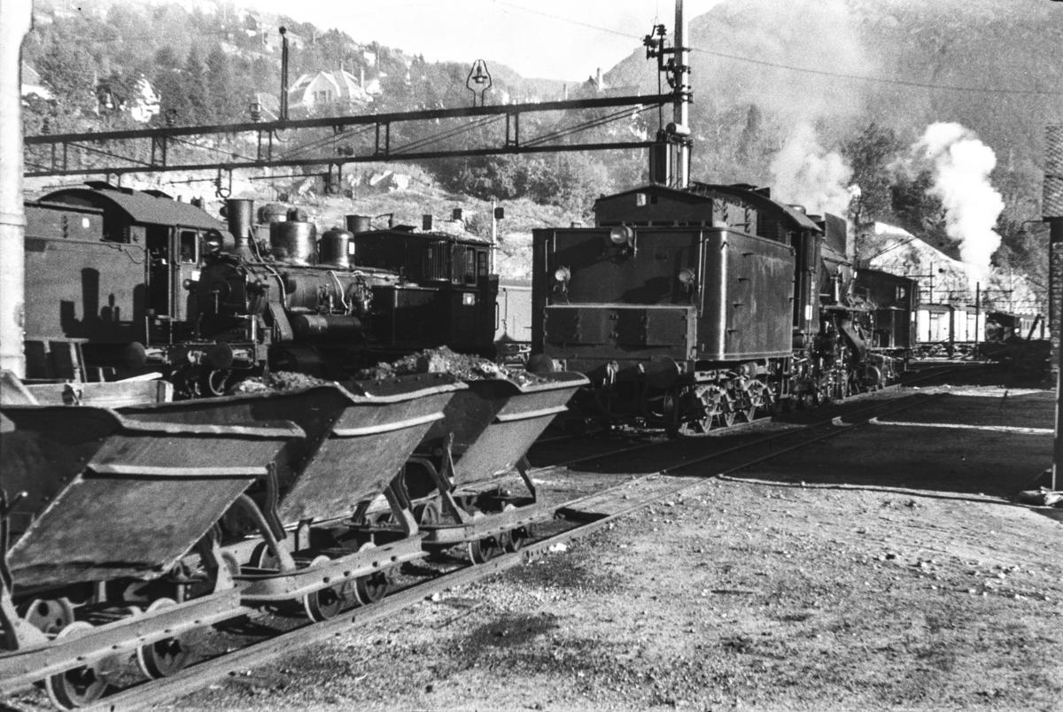 Ved kullingsanlegget på Bergen stasjon, tippvogner med kull i forgrunnen. I bakgrunnen damplokomotiv type 31a nr. 320.
