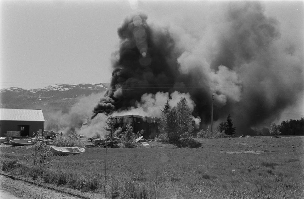 Båtfabrikken Polar-Industri A/S i Drevvatnet totalskadd ved brann 16 Juni 1978. Fabrikken brenner, mye røyk.