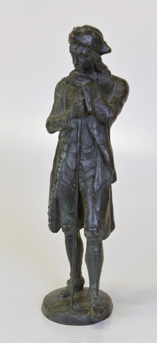 Jonas Alströmer i brons. Miniatyr av Johan Börjessons staty i Göteborg.  Överlämnad genom friherrinnan Adine Född Peyron, Lagmansö, Valla.