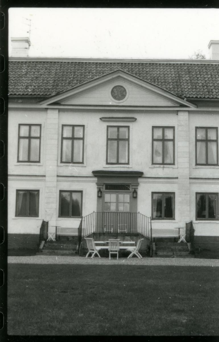 Hed sn, Bernshammar. Bruksherrgården, mittparti med trappa till entrén. Troligen 1970-tal.