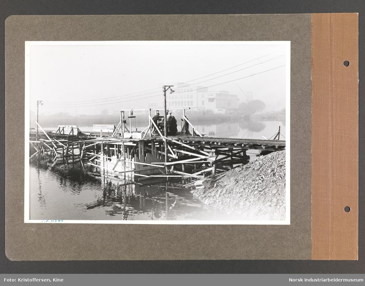 Fotoalbum med 48 sider og 47 innlimte fotografier fra Norsk Hydro på Herøya.