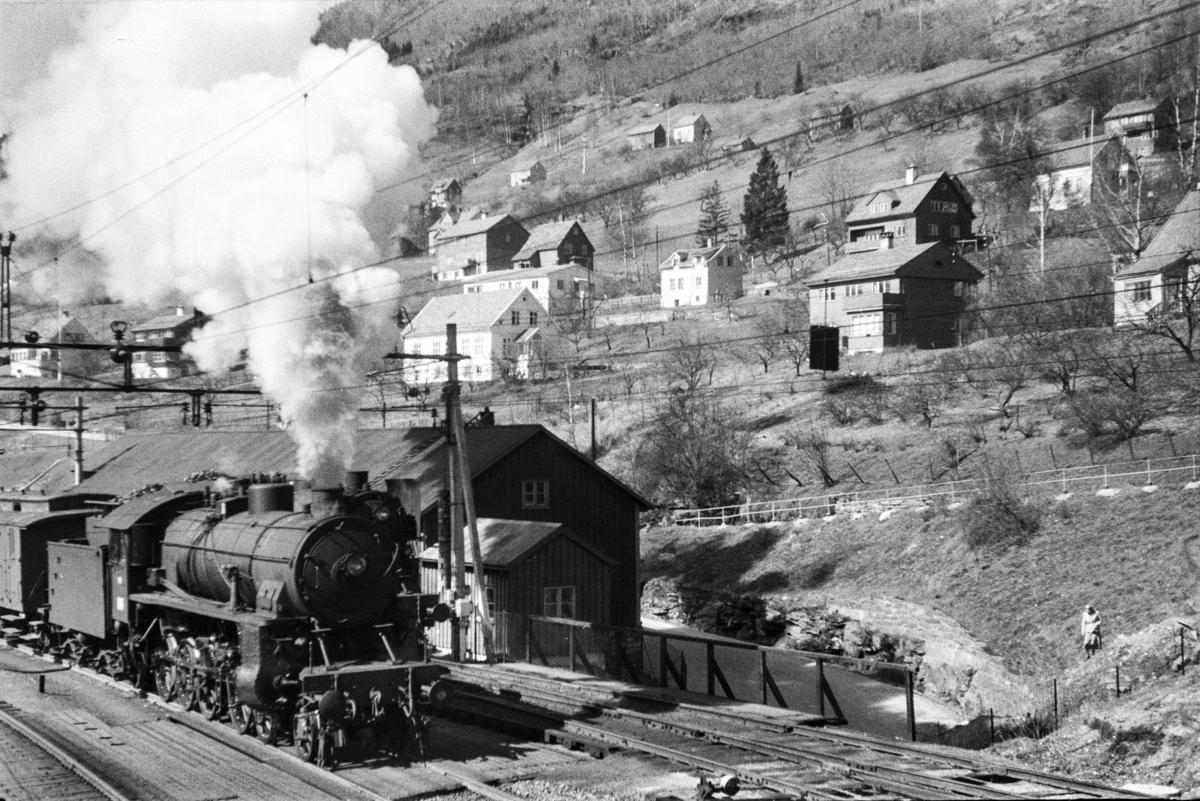 Damplokomotiv type 31b nr. 419 med ekstratog retning Mjølfjell, tog 7672, i anledning hjemreisen 2. påskedag.