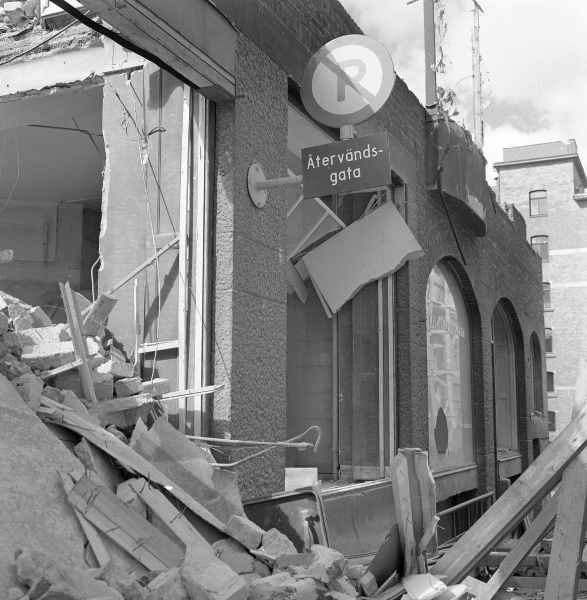 Rivning av SWB-huset, 1961. SWB-huset var en kontors- och bostadsbyggnad som tillhörde Stockholm–Västerås–Bergslagens Järnvägar och var beläget vid Vasagatan 24, Stockholm.