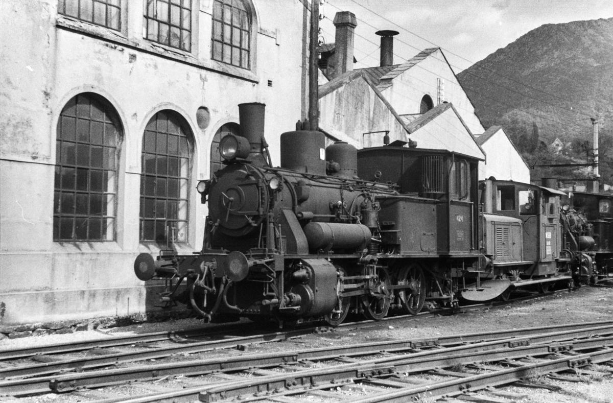 Damplokomotiv type 25d nr. 424 ved lokomotivstallen på Bergen stasjon.