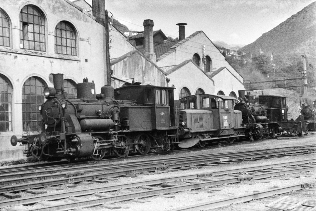 Damplokomotiv type 25d nr. 424, skiftetraktor Skd 214 102 ogdamplokomotiv 25d nr. 425 ved lokomotivstallen på Bergen stasjon.
