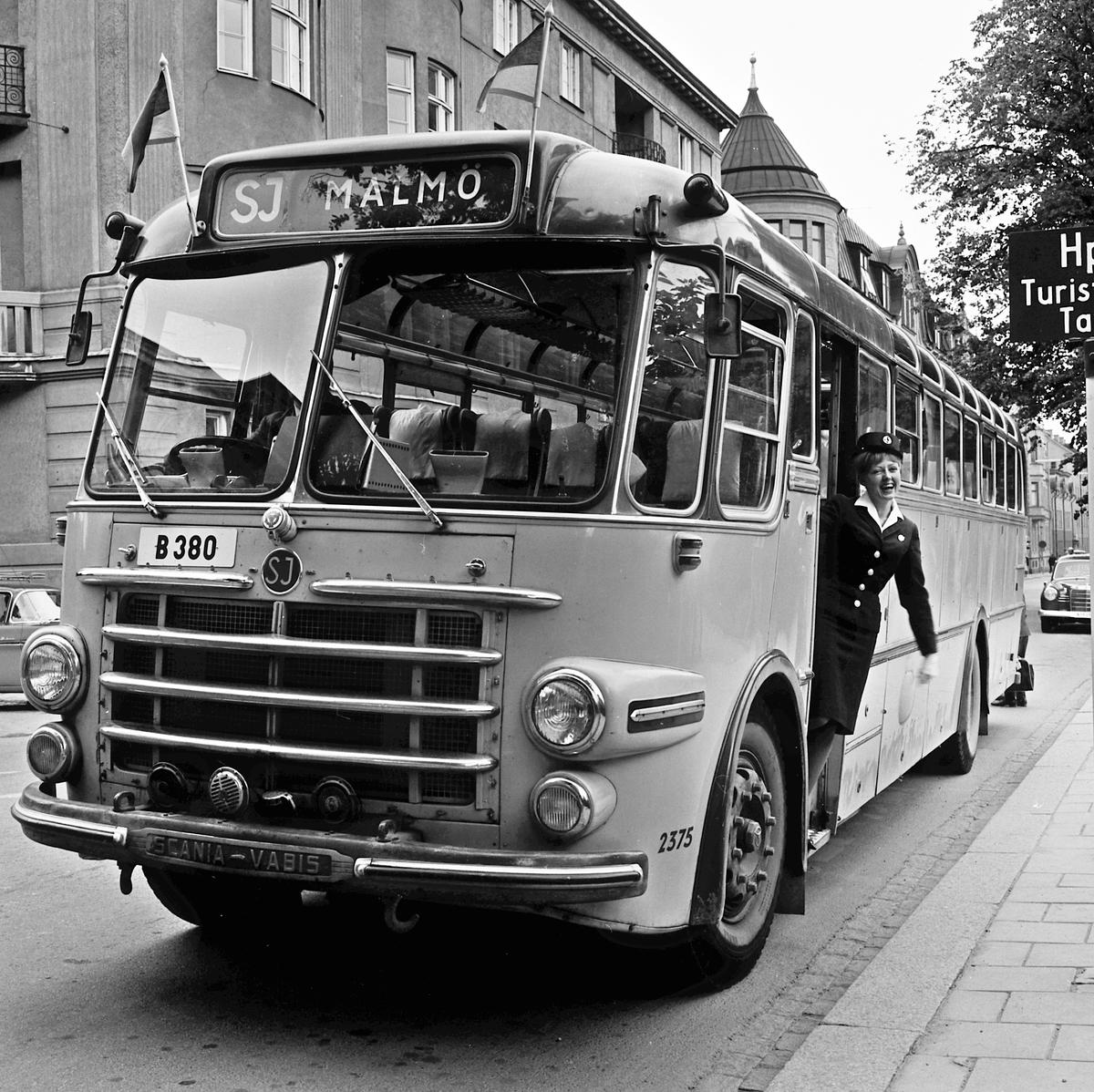 Bussvärdinna. SJ turistbuss 2375