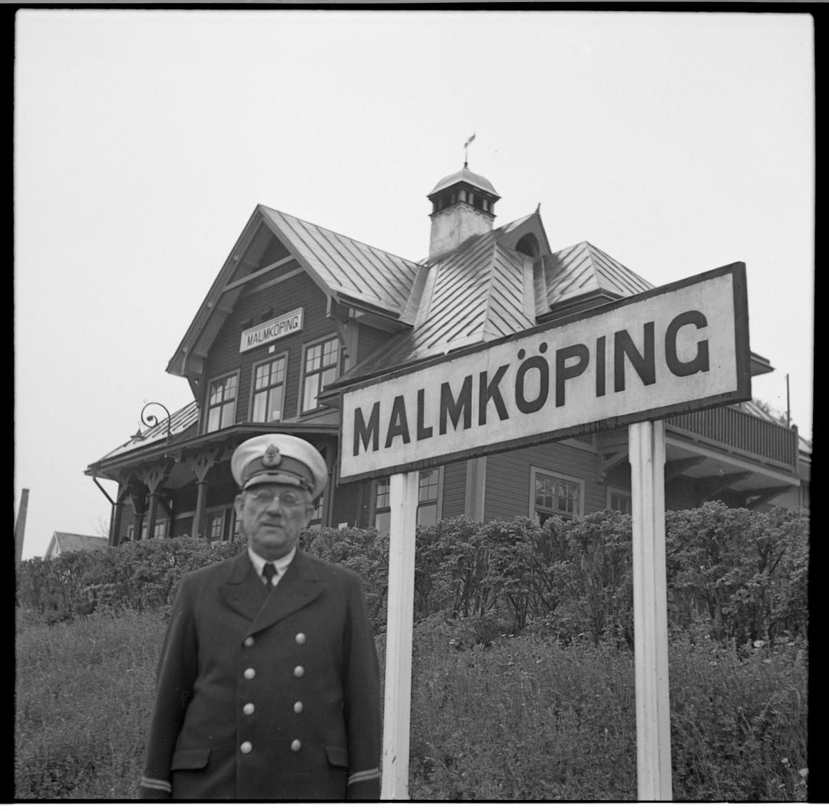Personal framför stationshuset i Malköping.