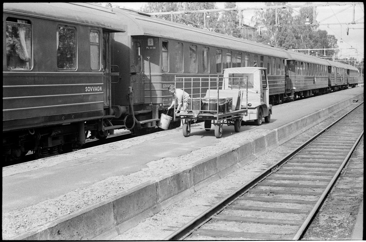 Dollartåget gör ett uppehåll vid Sollefteå station. Plastkärl sätts under vagnarnas toaletter.