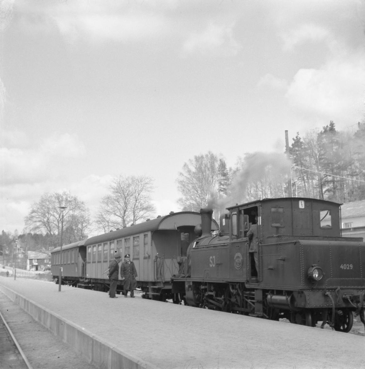 Statens Järnvägar, SJ S2t 4029 med tåg.