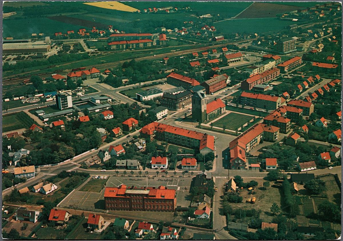 Flygfoto över Höganäs med stationsområdet i överkant.