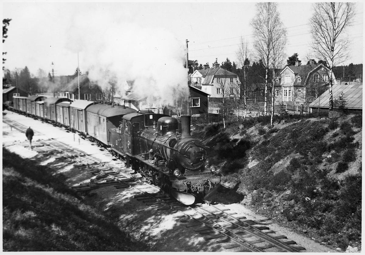 Godståg drivet av Statens Järnvägar, SJ Gp 3041 avgår från Älghults station.