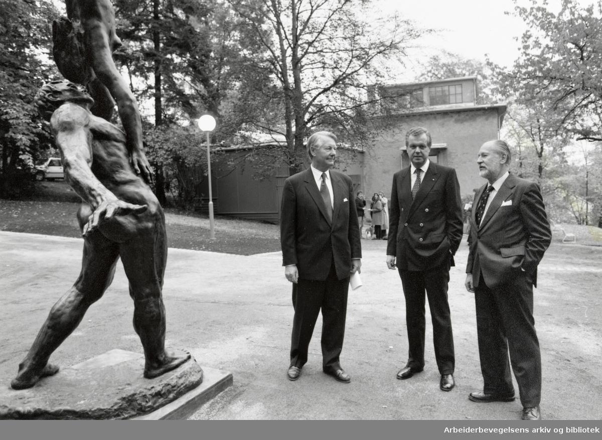 Ekely. Ruhrgas AG er blant sponsorene bak rehabiliteringen av Munchs atelier. Fra v.: Bernt J. Fossum fra Oslo Rotary, Ruhrgas AGs representant, Achim Middelschulte, og Stephan Tschudi-Madsen. Oktober 1991