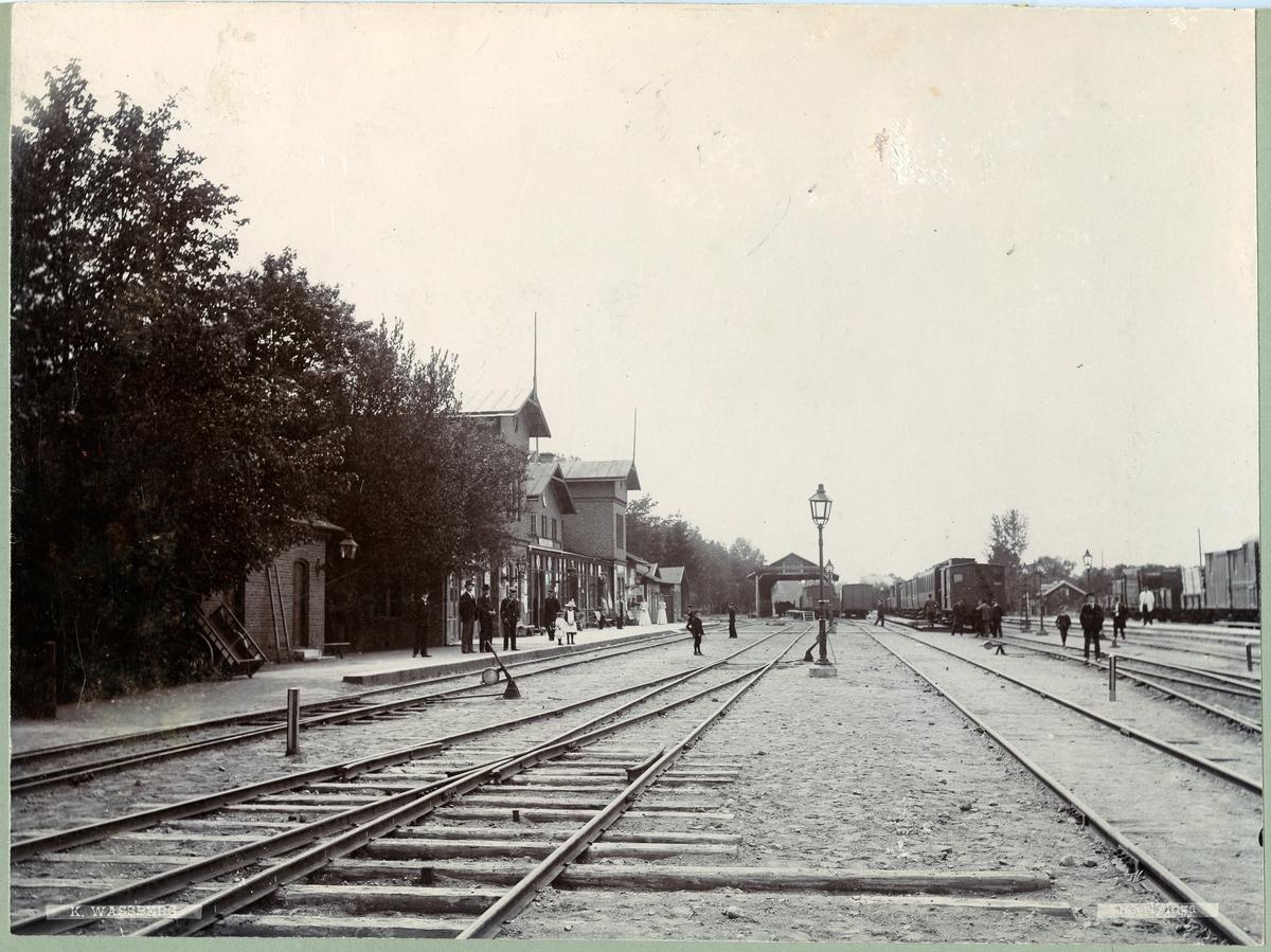 Herrljunga station öppnad 1863. Först byggdes ett litet stationshus som användes 1862 -1864. Nytt stationshus byggt 1864.
