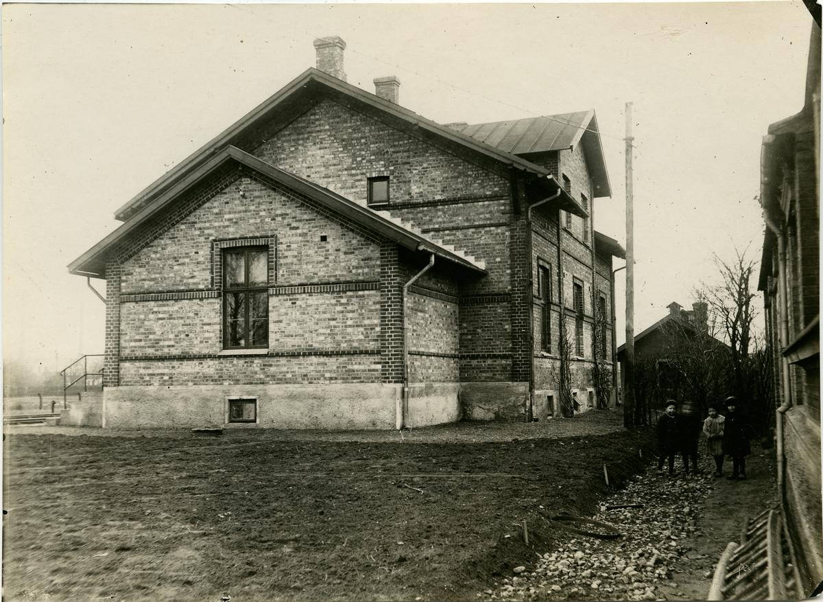 Järnvägen från Kattarp till Höganäs öppnades 1885 av SHJ, Skåne - Hallands Järnväg. I Höganäs fanns då två stationer, Höganäs Övre och Höganäs Nedre. Efter 1919 blev det en station istället för Höganäs Övre och Höganäs Nedre. Då byggdes nya stationshuset.  Arkitekten var Folke Zetterwall. En stor ombyggnad ägde rum 1936. Nedlagd 1992. Nuvarande bostadshus.