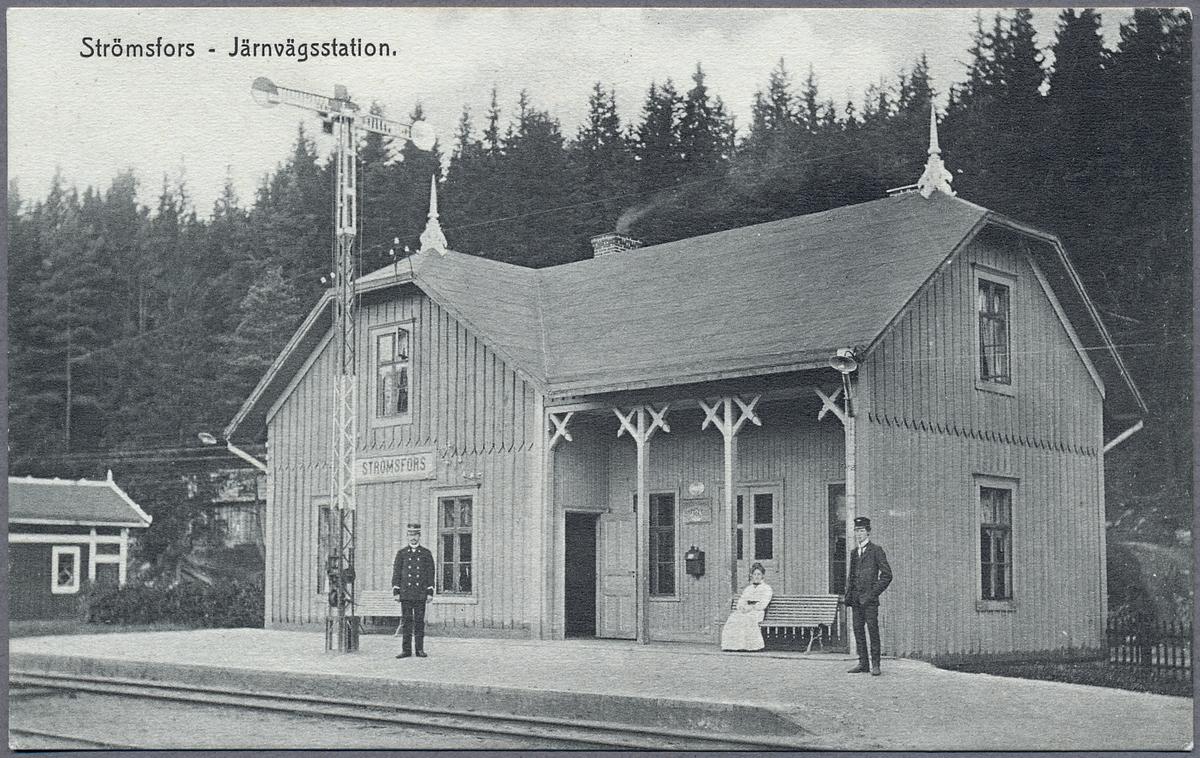 Strömsfors järnvägsstation med stationsföreståndare Gustaf Johansson, hustrun Hilma samt en släkting från Falkenberg.