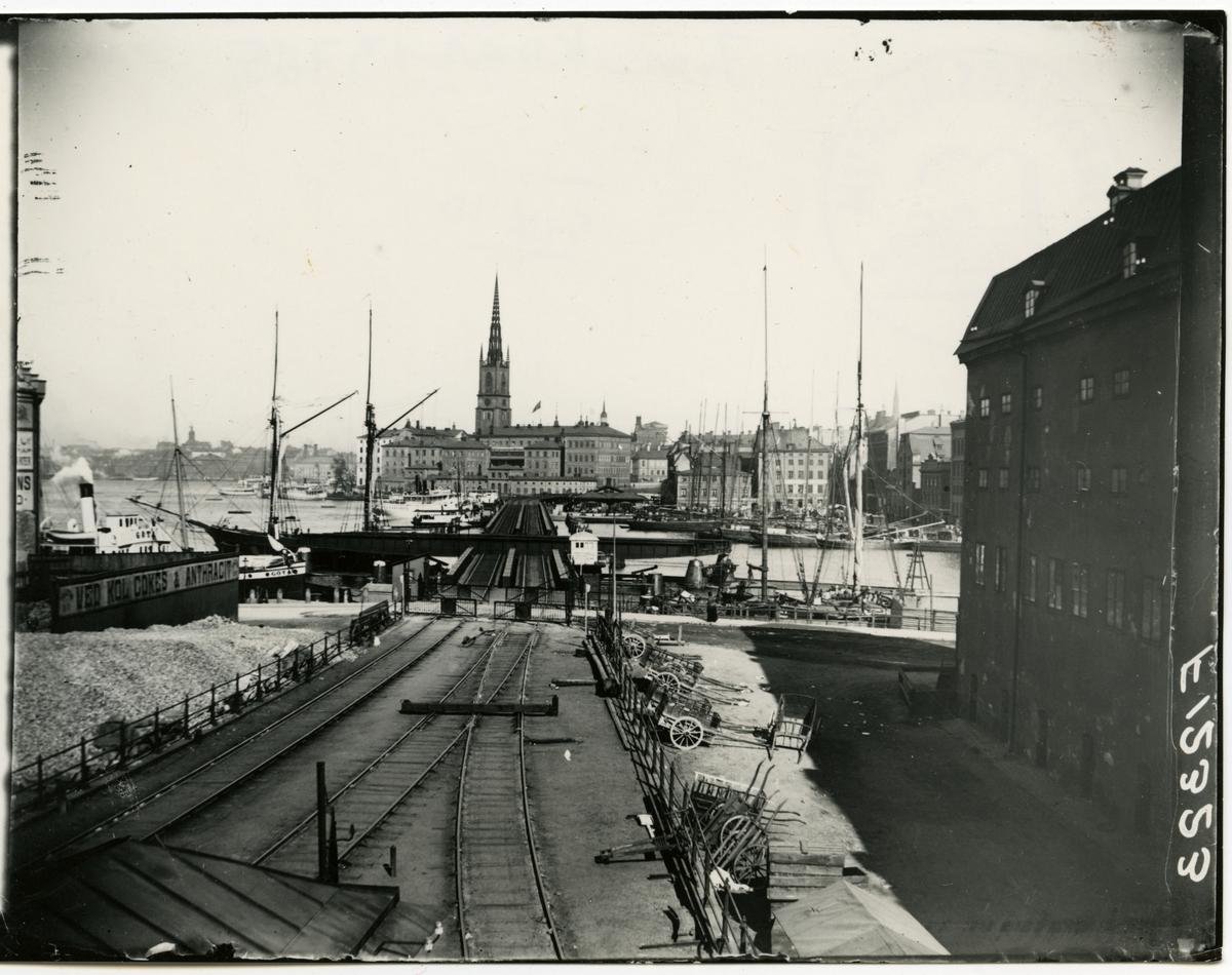 Järnvägsbron från södermalm, trä kärror och segelbåtar.