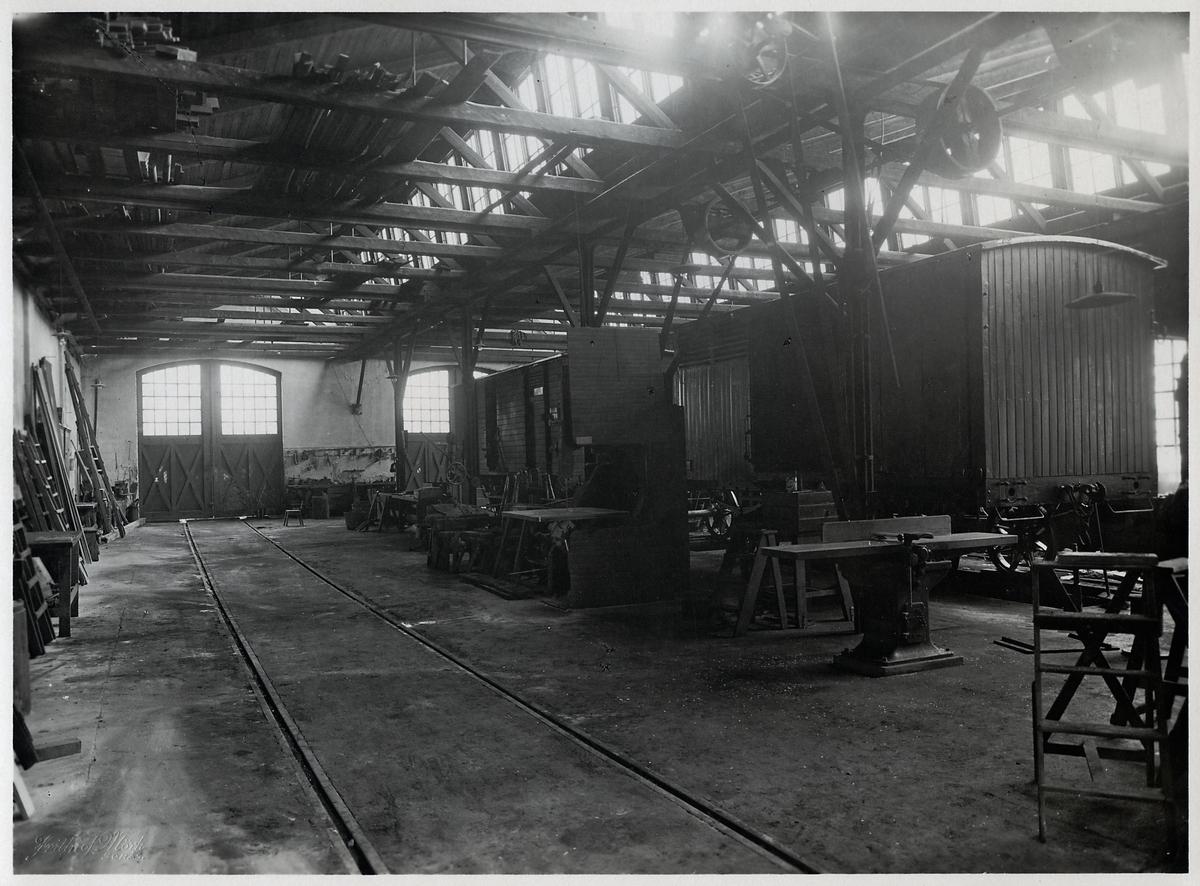 Interiör av vagnverkstaden före ombyggnaden.