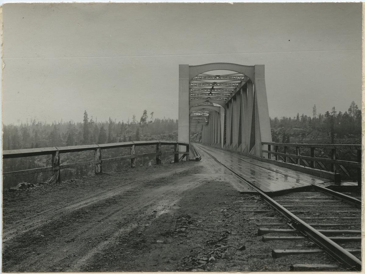 "Järnvägsbron över Stora Luleälven. ""Anordning för landsvägstrafik å bron över Stora Luleälv"" 188 m lång bro över Stora Lule älv. 21/11 1927  öppnades sträckan Porjus - Jokkmokk av SJ."