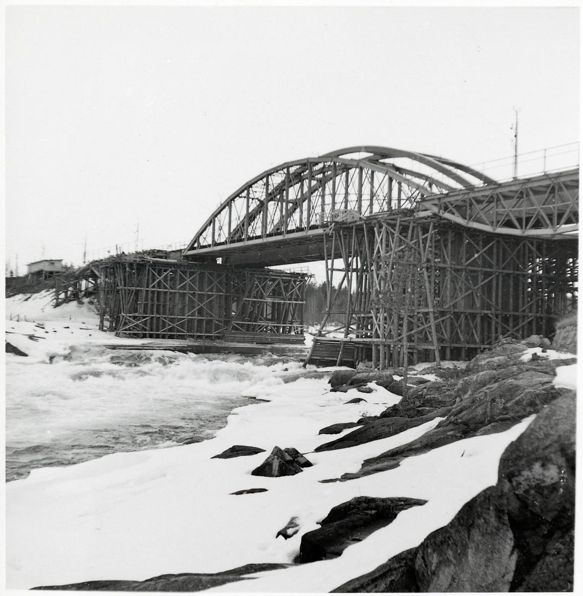 En ny bro byggs över Skellefteälven invid den gamla på linjen mellan Karsbäcken och Kusfors, längs norra stambanan.