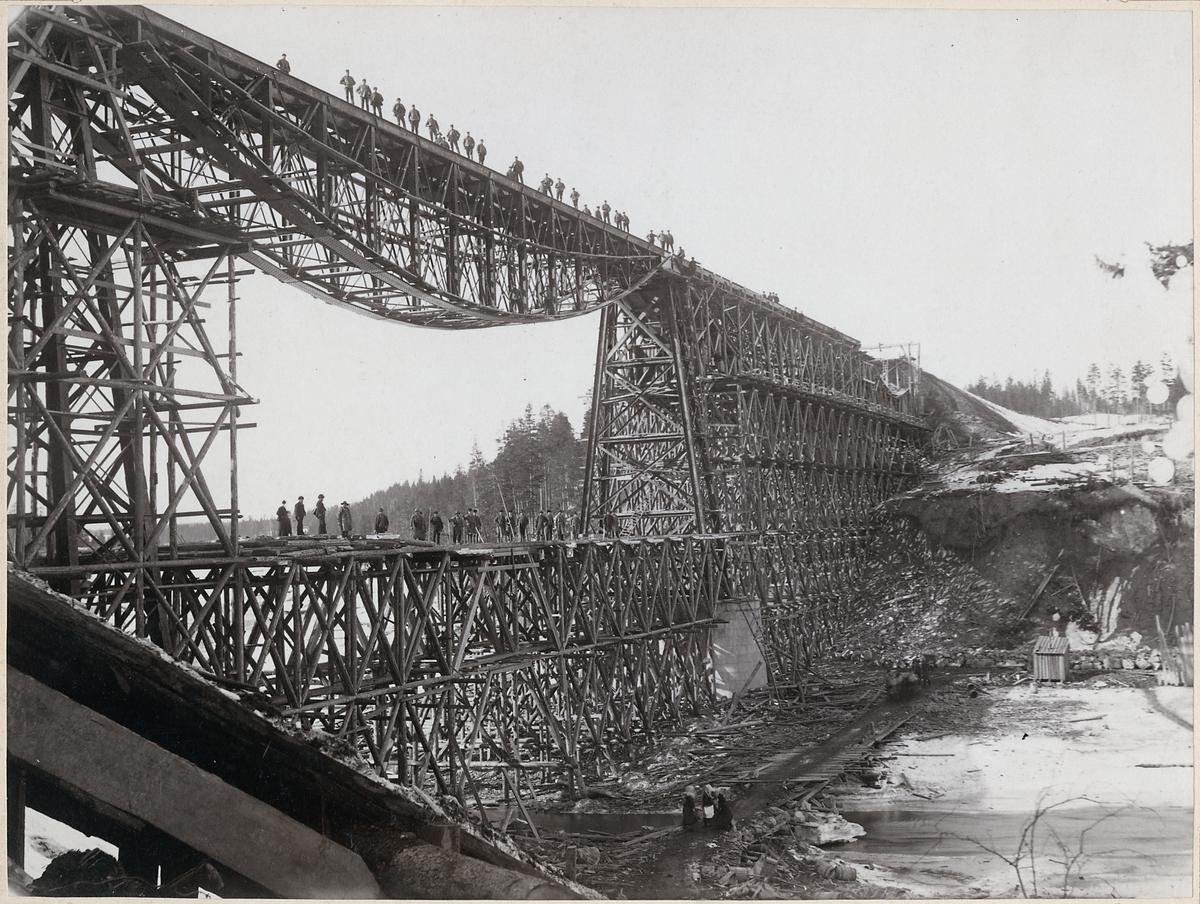 Byggnation av järnvägsbro över Vindelälven, på linjen mellan Vindeln och Degeråsen.
