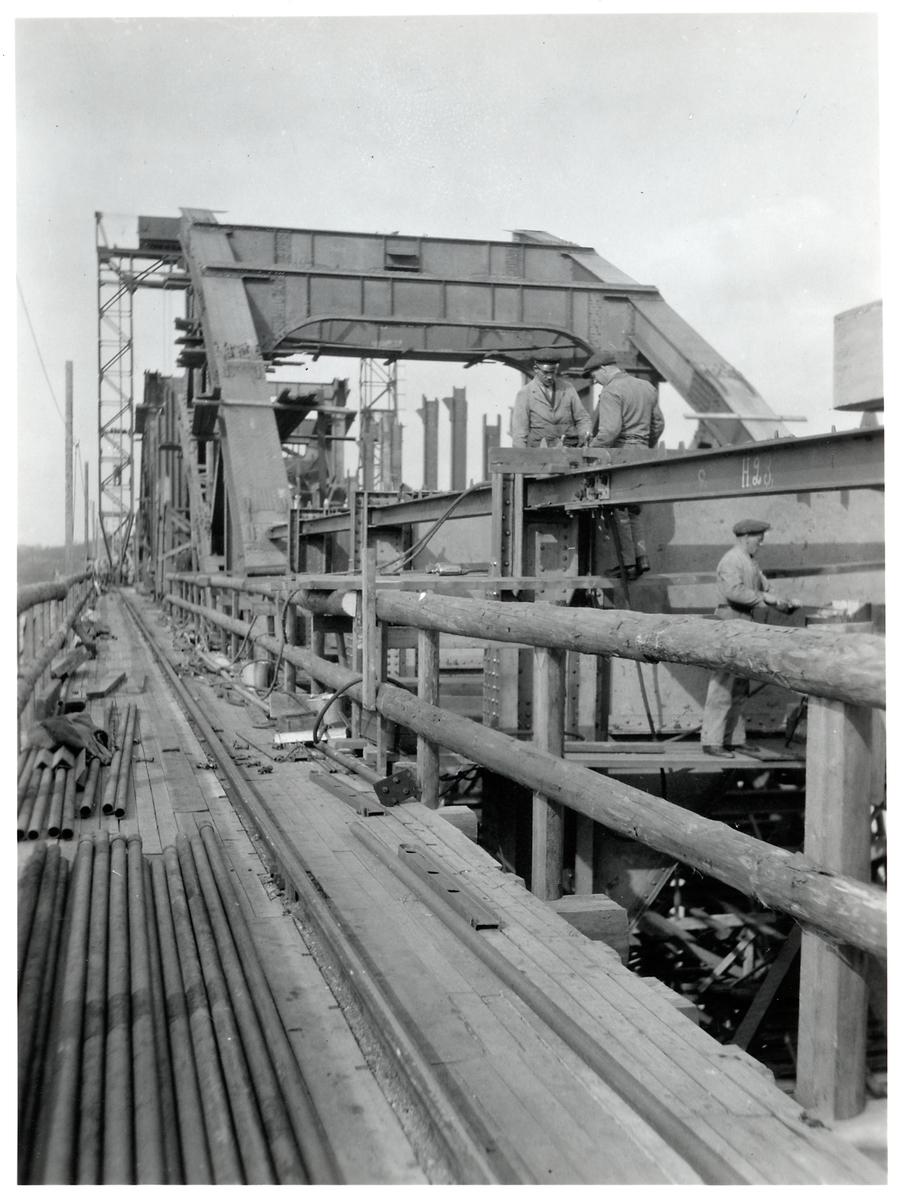 Arbetare monterar ihop Årstabron.