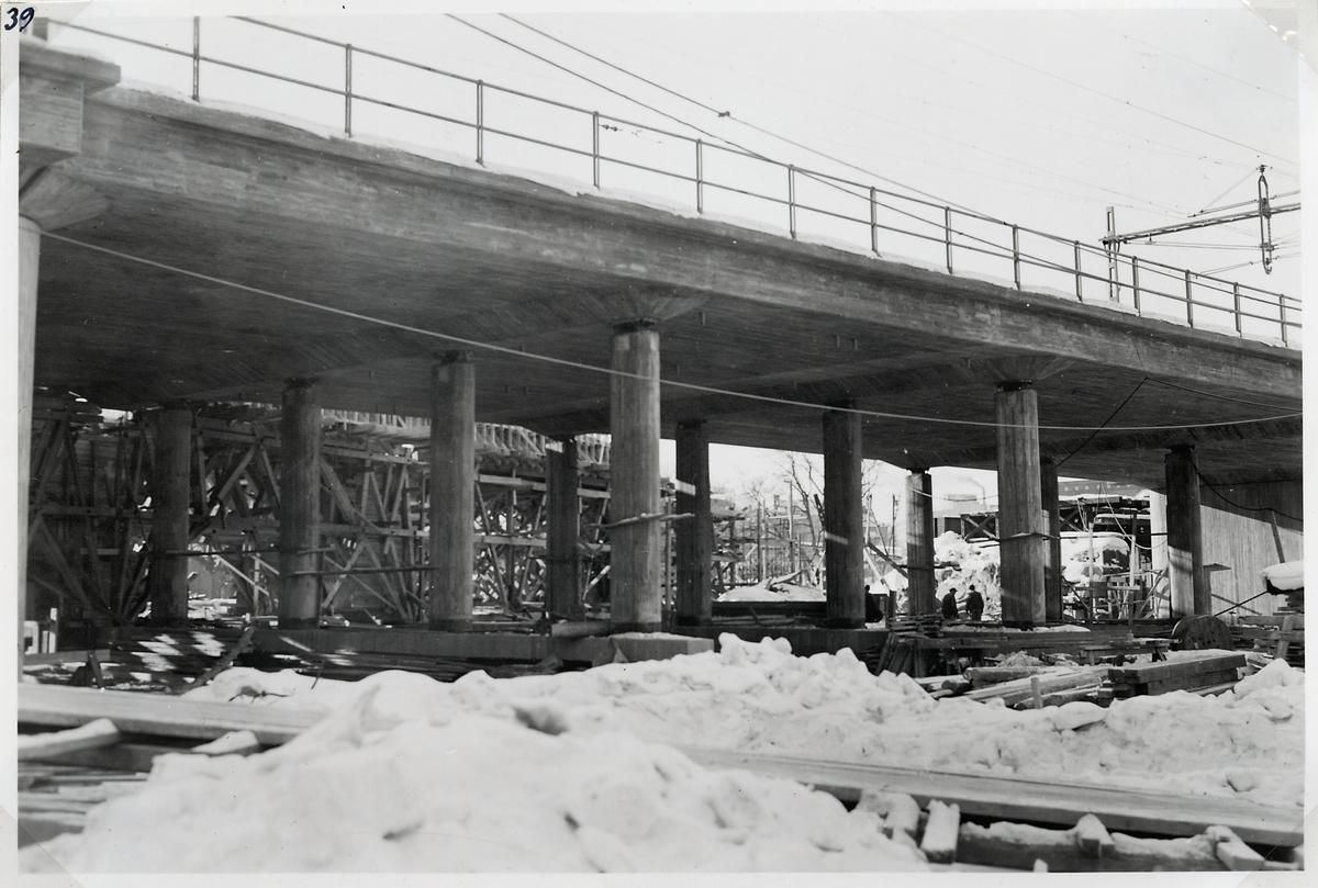 Byggnationen av ny järnvägsviadukt över Norrtullsgatan. Norra brodelen efter formrivningen.