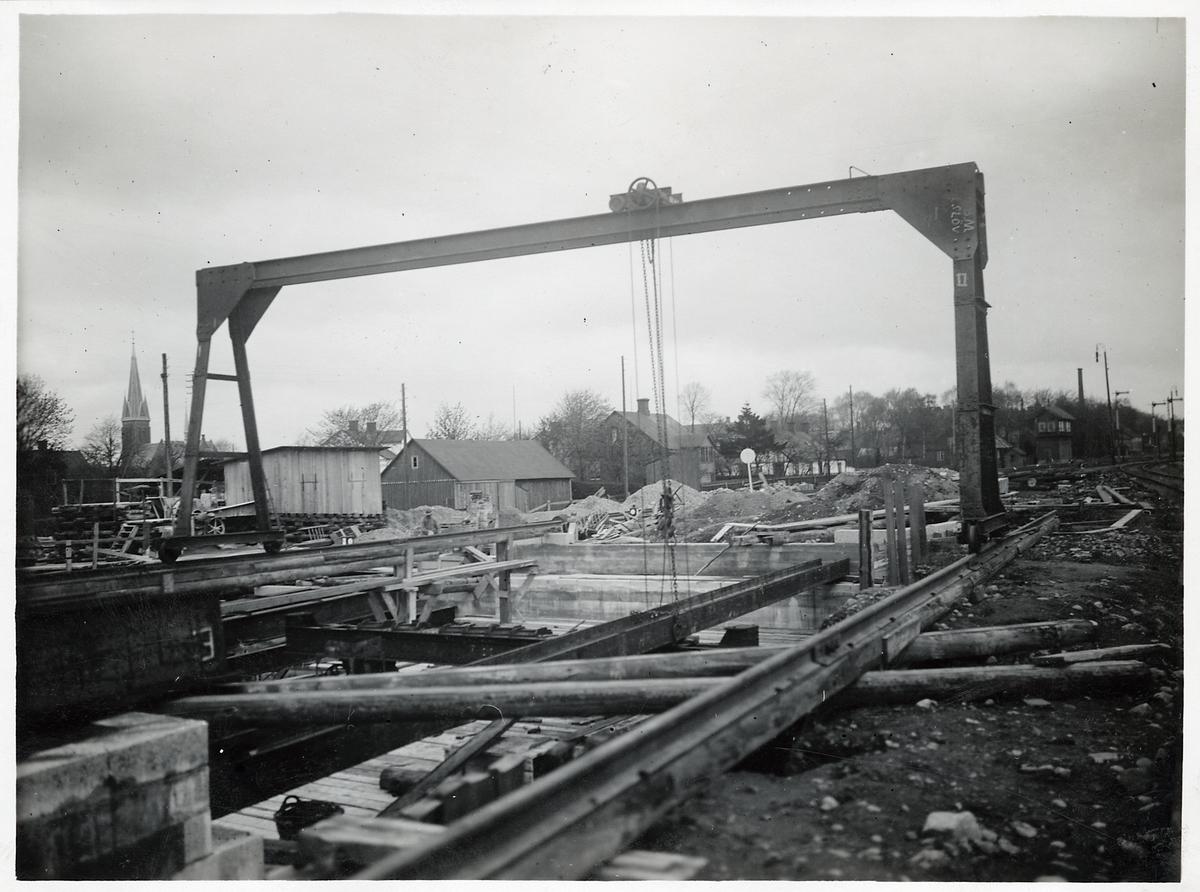 Stålbalk läggs på plats vid arbetet med vägport i Eslöv maj 1923.