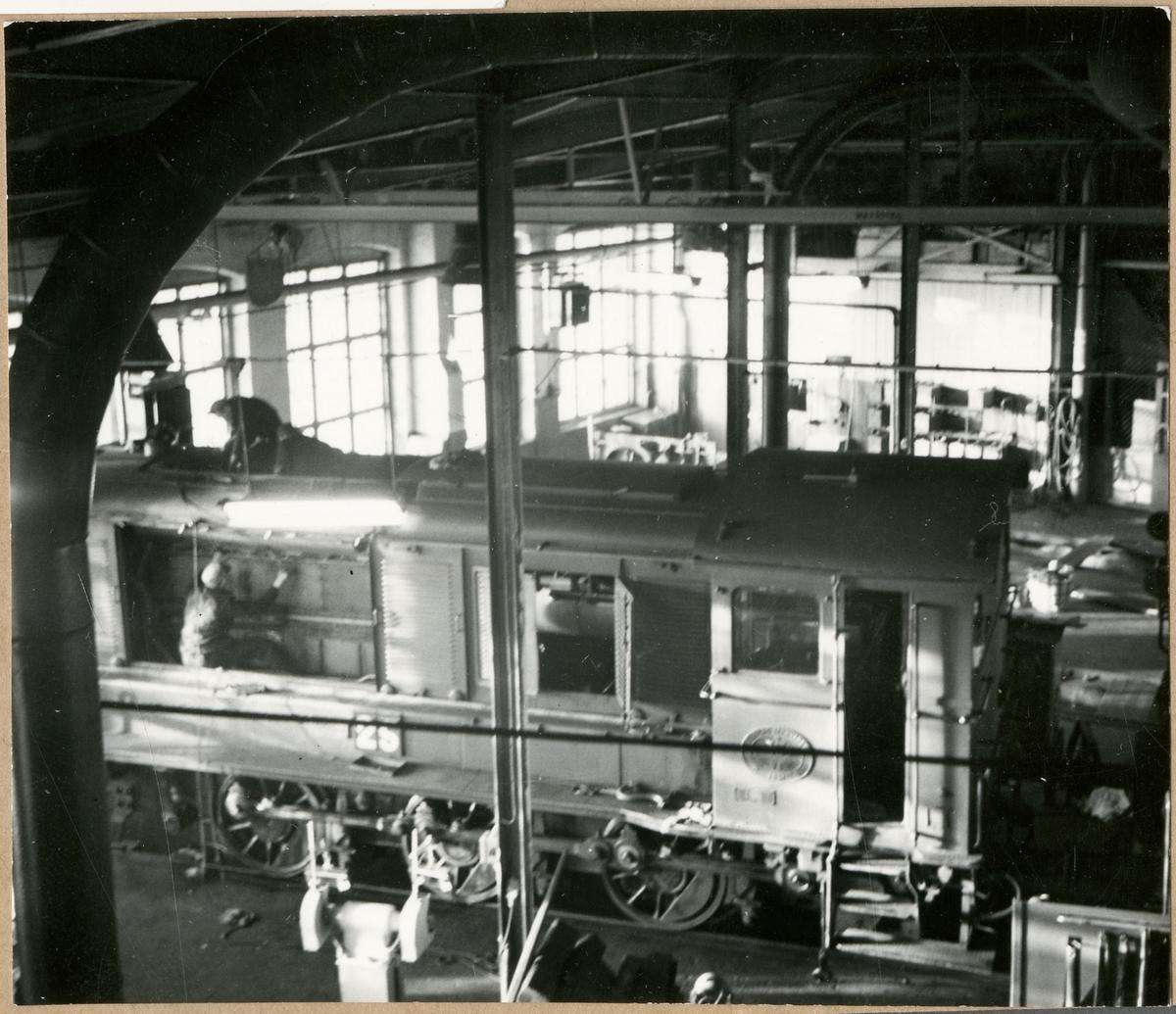Lokarbete i Sävenäs motorverkstad.