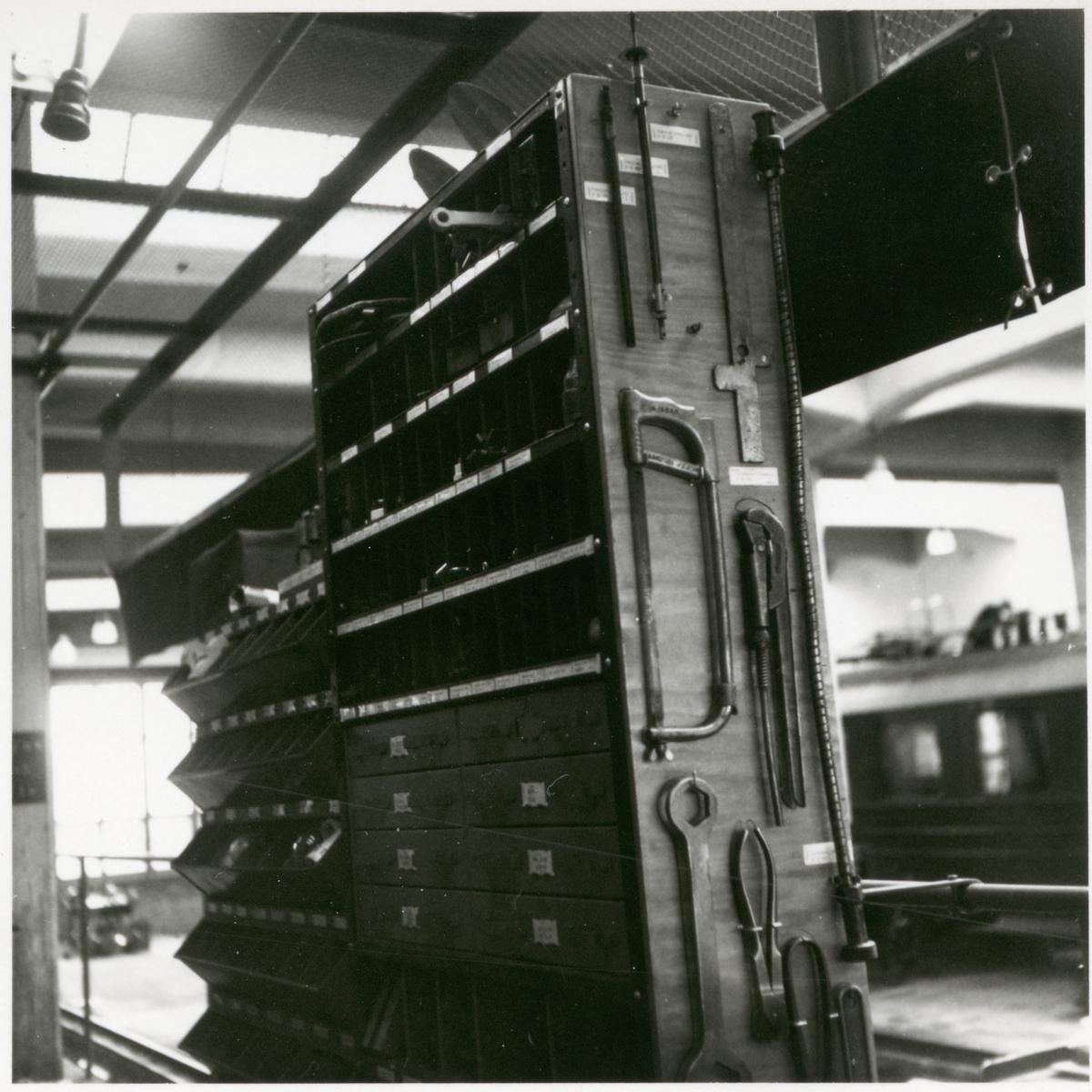 Reservdelar och verktyg i verkstad.