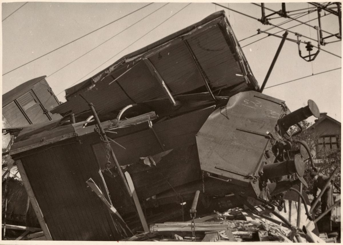Skadad godsvagn efter urspårning.