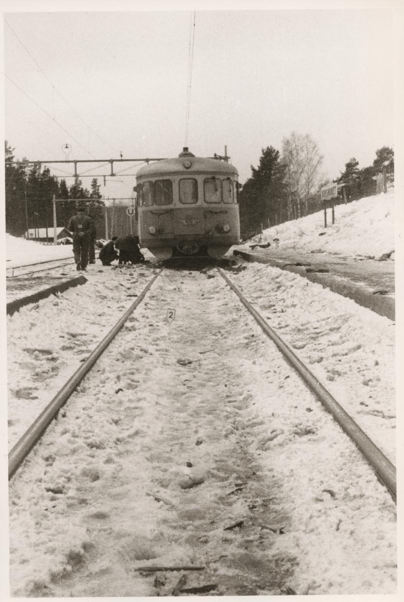 Undersökning av skadad rälsbuss efter olycka vid Hinsnorets station mars 1957.