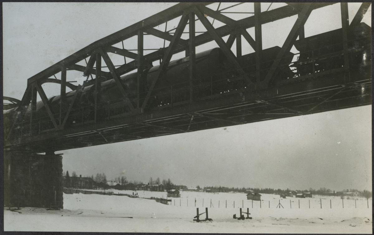 Brobyggnaden över Torne älv. Provbelastning. Banan och bron över gränsen byggdes 1919.