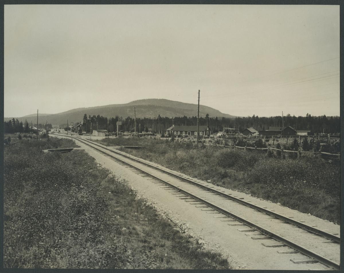 Norra stambanans södra ingång till Älvsbyn station  Förrådsplatsen till höger