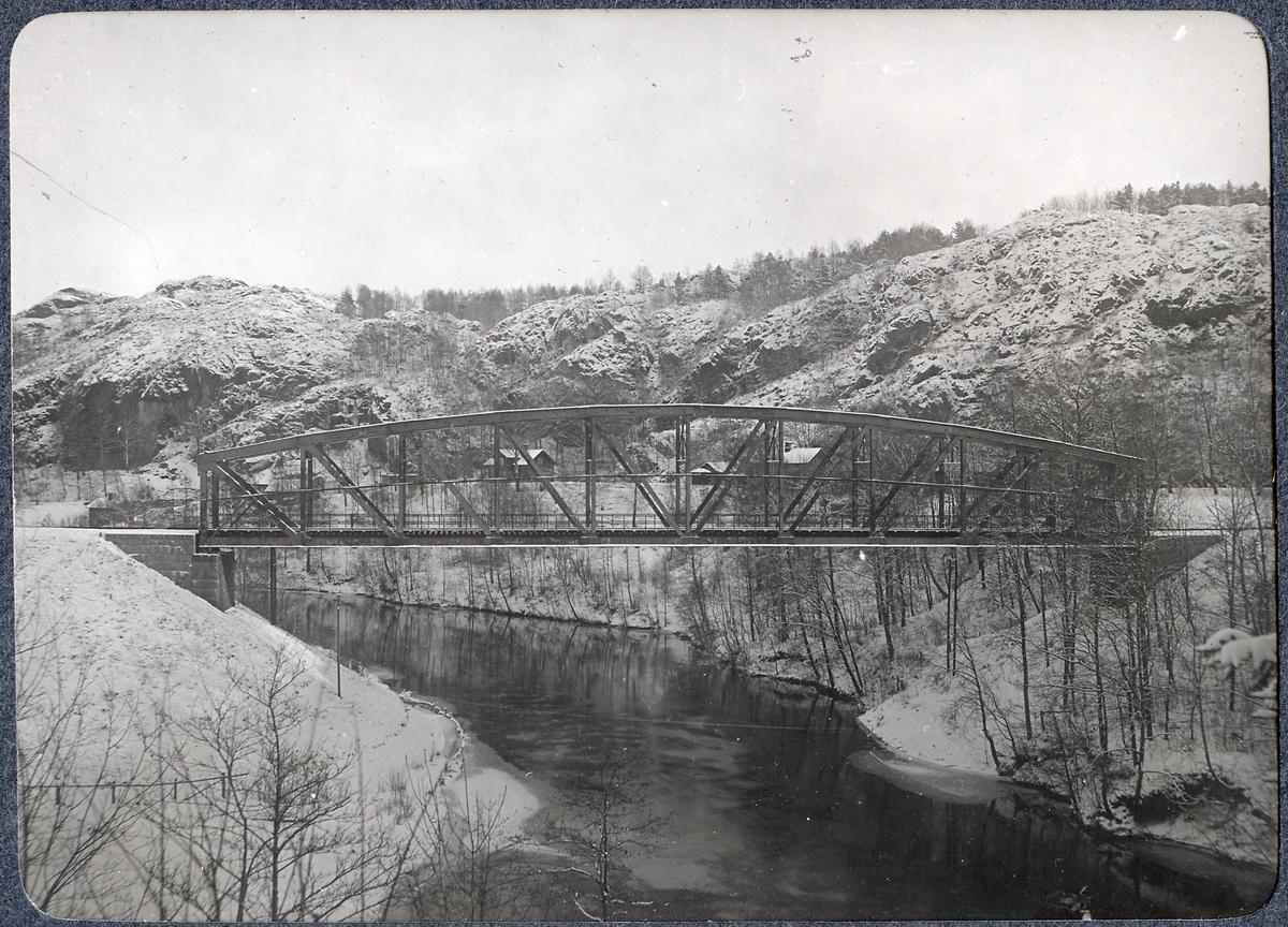Album med fotografier från Bohusbanan. Bro över Örekilsälven.