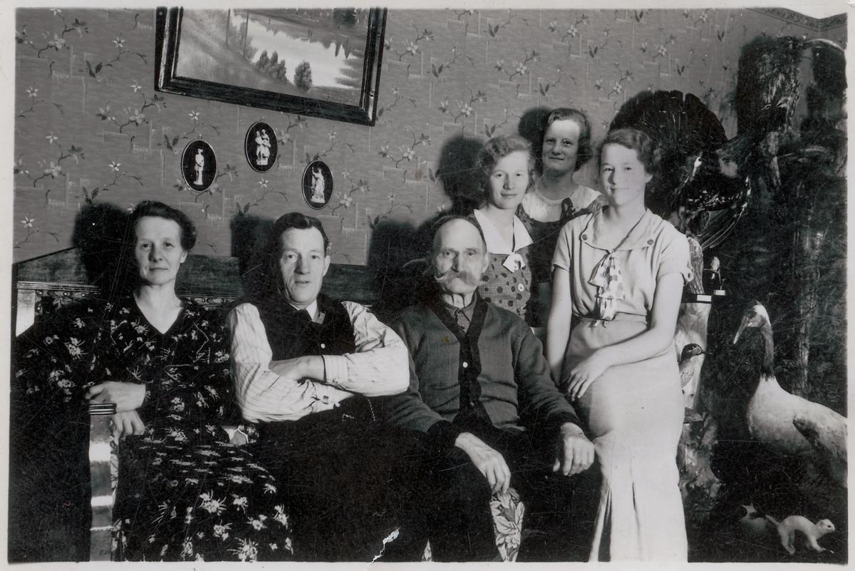 Från vänster: Tekla och Pelle Andersson, farfar Per Andersson och döttrarna Ingrid, Sigrid och Ingeborg.