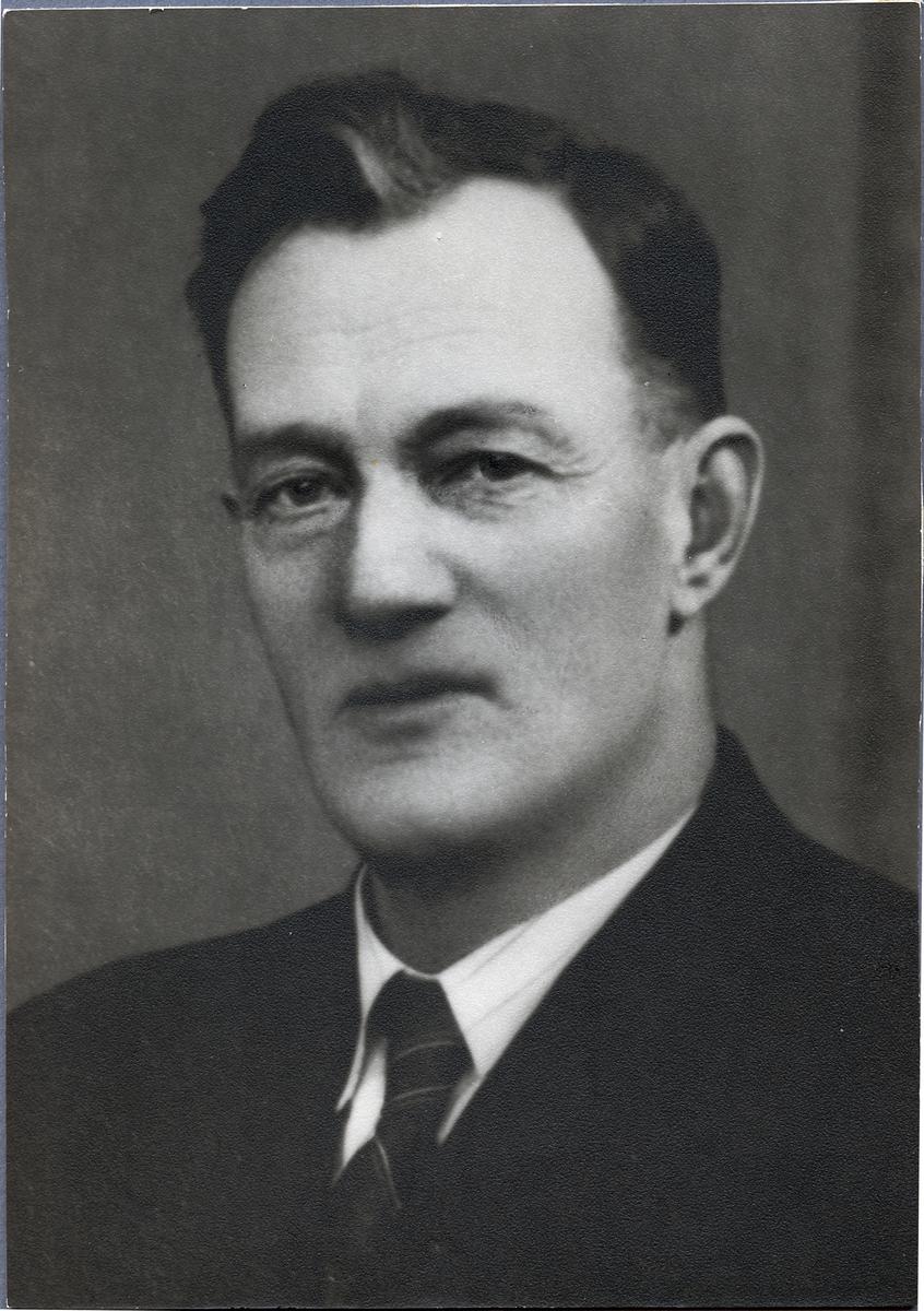Per Erik Andersson. Stationskarlsförman vid Långsjöns lastageplats under åren 1913-1945. Även kallad Långsjö-Pelle. Gift med Tekla och far till barnen Ingrid, Astrid, Ingemar, Sigrid och Ingeborg.