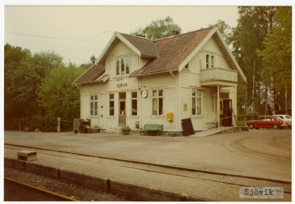 Västergötland - Göteborgs Järnväg, VGJ, Trafikplats anlagd 1899. Stationshus i en och en halv våning i trä. Moderniserad 1939 och renoverad 1949. Bil MG 1100.