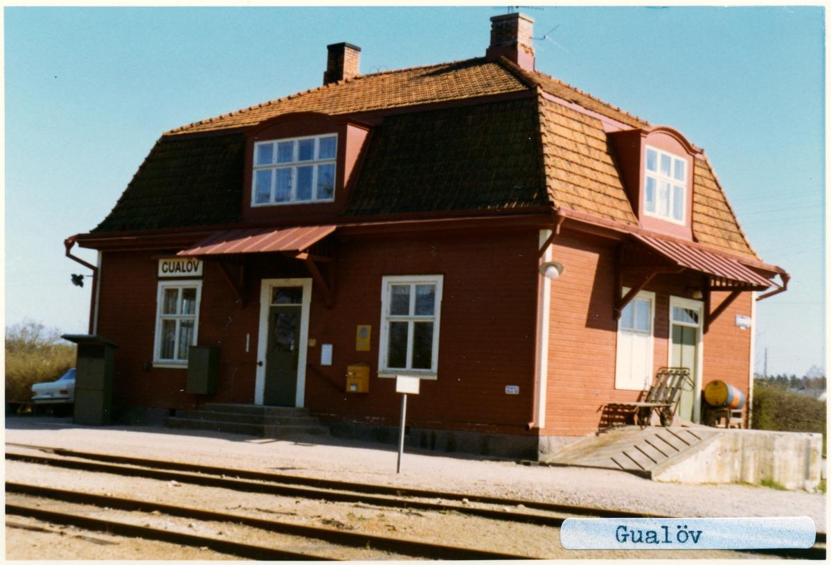 Stationen byggd 1874 som blev ersatt 1911-12 med en ny byggnad, Stationshuset från 1912 i en och en halv våning, byggt i trä. Fastigheten moderniserades 1945. Som finns kvar som privatbostad. Den gamla byggnaden låg kvar som banvaktsstuga och revs i samband med breddningen på 1950-talet.Till SJ 1942. Breddad 1954. Eldrift 2007.